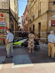 Unos desprendimientos de una fachada provoca el cierre de la calle Zapatería en la capital soriana