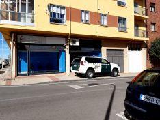 Vehículos de las Fuerzas y Cuerpos de Seguridad en La Barriada.