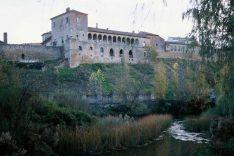 Vista de Almazán desde el Duero, con la iglesia de San Miguel, la muralla y el palacio.