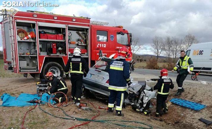 Intervención de los bomberos en un siniestro de tráfico. /SN