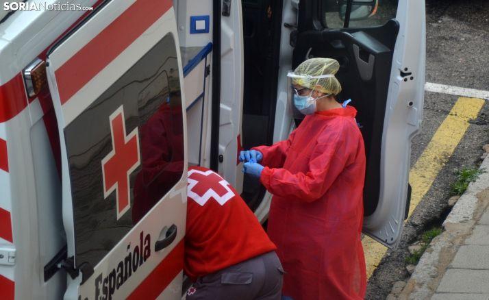 Una sanitaria de Cruz Roja realiza un test en Soria.