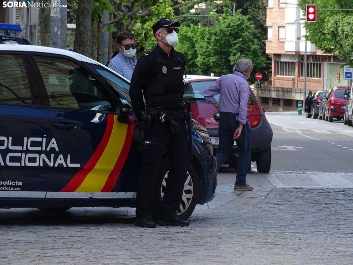 Un agente de la Policía Nacional vigila el centro de Soria.