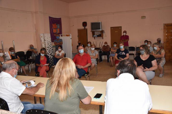 Yolanda de Gregorio explica la actuación a los vecinos de Borobia.