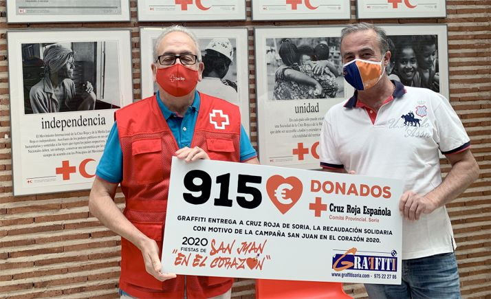 Modesto Fernández (izda.) y Esteban Clavaguera con el cheque.
