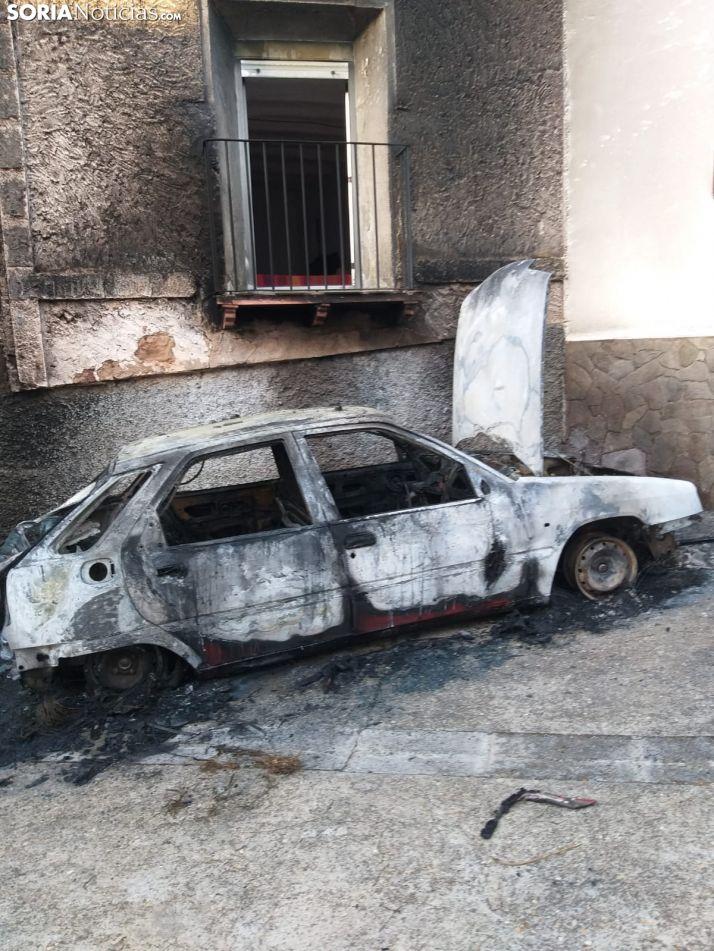 Foto 2 - Una coche queda calcinado por un incendio en la vecina localidad zaragozana de Pomer