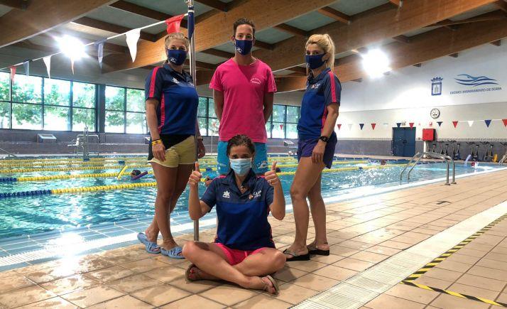 Integrantes del club en una de las piscinas municipales. /CNS