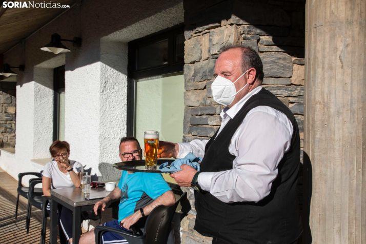Un camarero atiende una terraza en Ólvega.