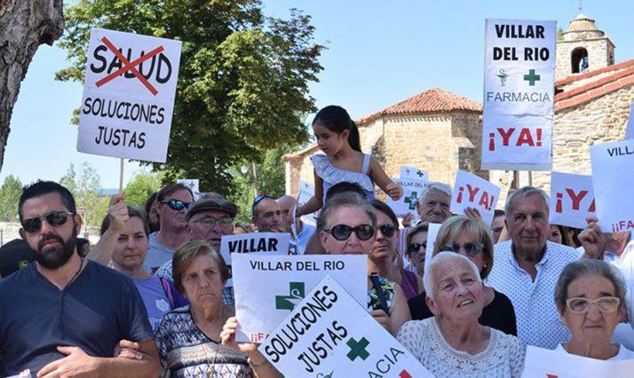 Una concentración organizada por la Plataforma de apoyo para la reapertura de la farmacia comarcal ubicada en Villar del Río.