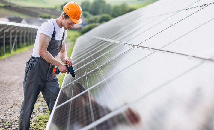 Labores de montaje en una planta fotovoltaica.