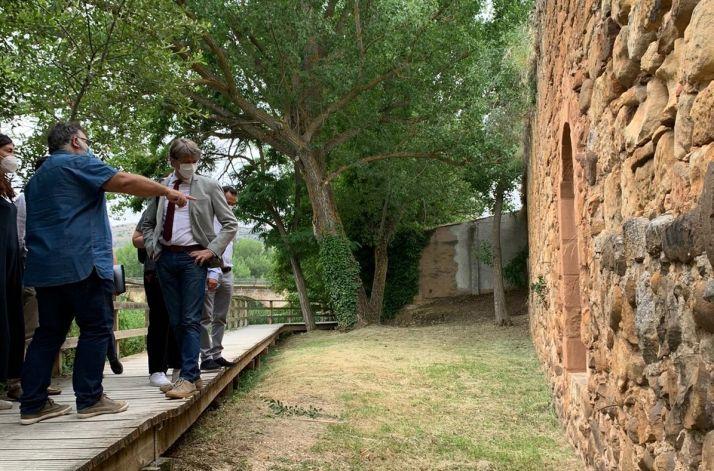 El alcalde, junto con su equipo, visitan la muralla antes del inicio de las obras.