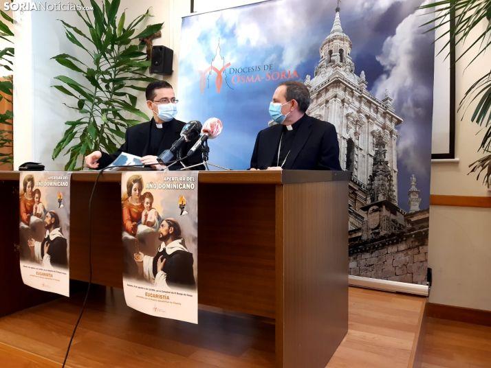 Gabriel-Ángel Rodríguez y Abilio Martínez Varea conversan instantes previos a la rueda de prensa.