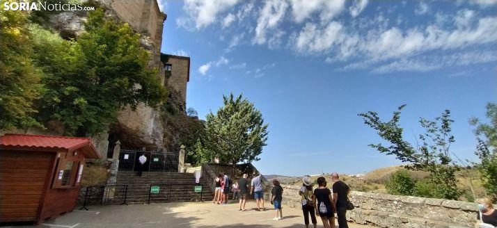 Foto 1 - Los visitantes hacen cola en la ermita de San Saturio