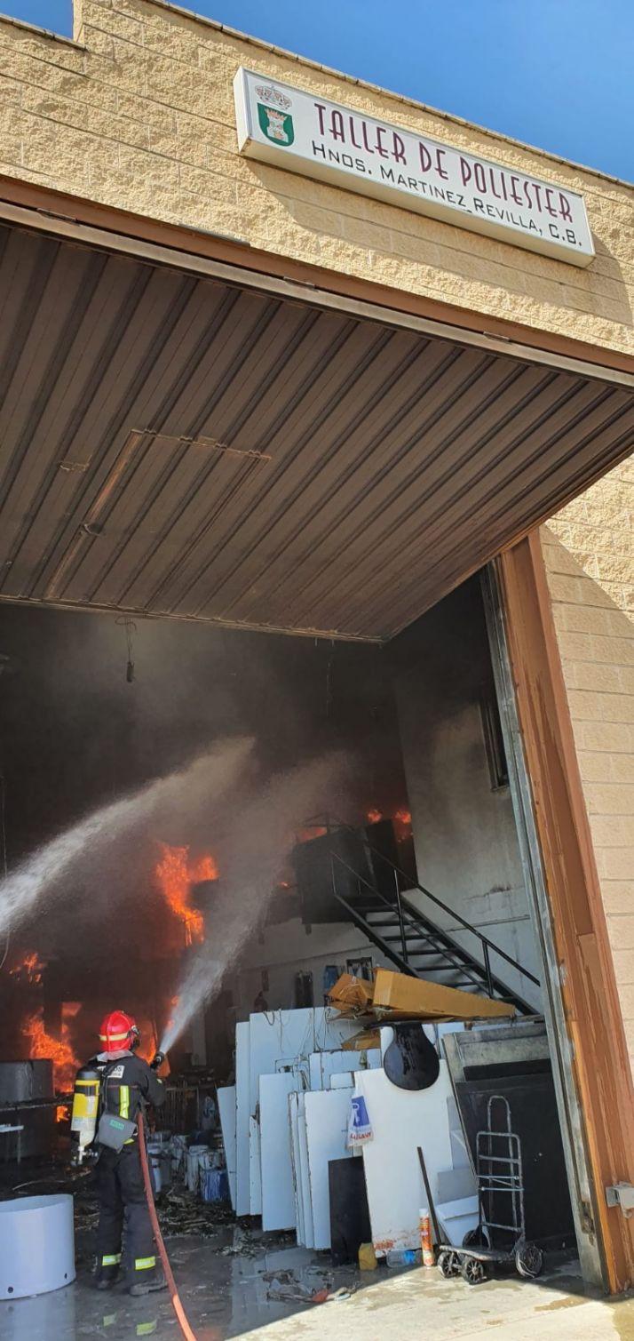 Foto 2 - Fuego en una nave en Ólvega