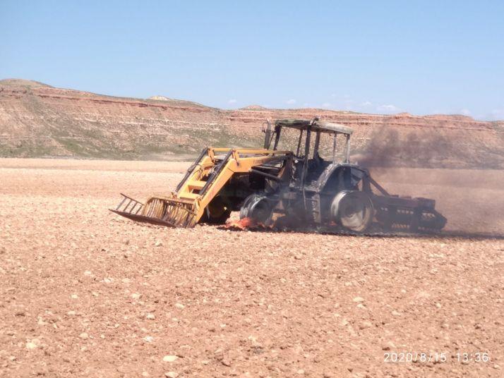 Foto 1 - Arde un tractor en Montuenga