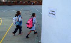 Dos alumnas de Escolapias acuden a su fila para entrar al aula. /SN