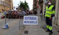 Imagen de la entrada al mercadillo textil frente a Condes de Gómara. /SN