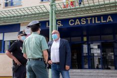 Miguel Latorre acompañado por el Inspector Jefe de la Policía Nacional, Emilio Moya Prada, y al Teniente Coronel de la Comandancia de la Guardia Civil, Andrés Velarde. María Ferrer