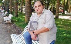 Saturnino Lafuente, con un ejemplar de su primera novela.
