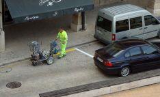 Labores de pintado en una de las calles adnamantinas. /Jta.