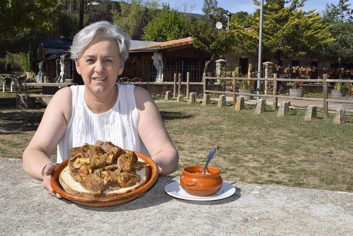 Presentación del ajo carretero, con la carne y la sopa, de la cocinera Inmaculada de Pedro, del restaurante Arlanza en Quintanar. /Diario de Valladolid