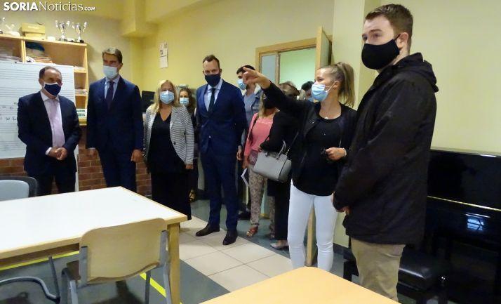 Serrano, a la izquierda, durante la visita institucional de la Junta a la Escuela de música. /SN