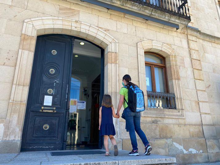 Una menor acompaña a su padre a la Diputación Provincial. /Diputación
