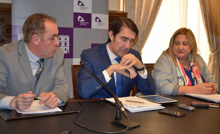De izquierda a derecha, Serrano, Suárez-Quiñones y De Gregorio en una reunión en diciembre. /Dip.