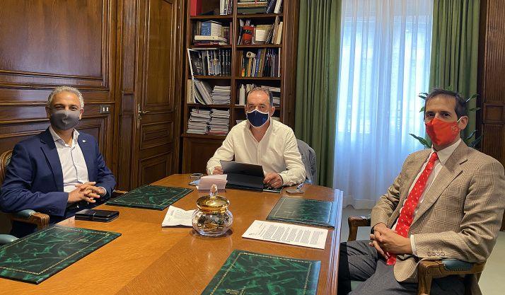 Israel (izda.), Serrano y Velázquez en la reunión mantenida este jueves. /CDN