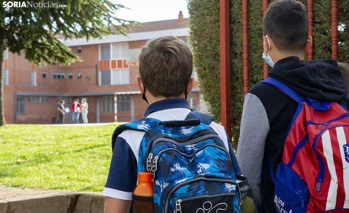 Dos alumnos ayer, a la entrada del colegio. /María Ferrer