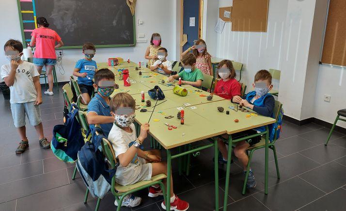 Algunos de los menores en uno de los talleres del programa. /AG