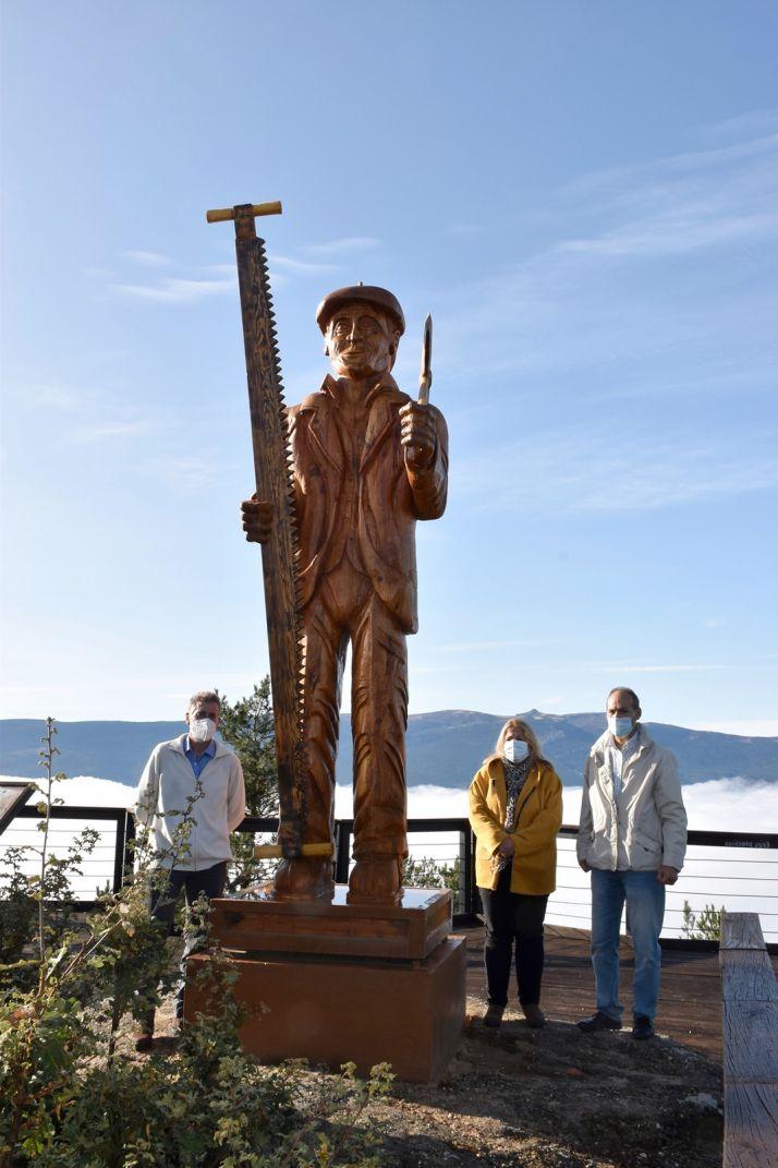Foto 2 - El paraje Cabeza Alta, en Duruelo, luce una nueva escultura de un hachero realizada en madera