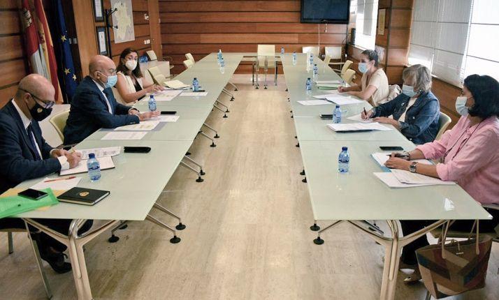 Una imagen del encuentro entre Junta y CHD. /Jta.