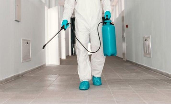 Foto 1 - Refuerzo municipal en la limpieza de los centros docentes en la víspera de la vuelta al cole