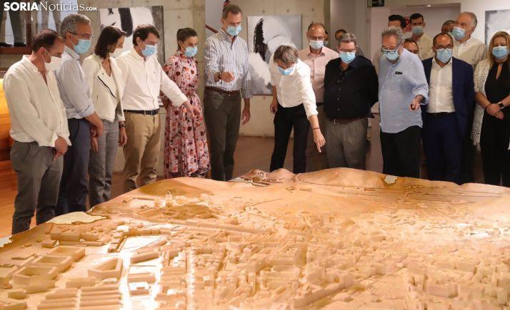 Los Reyes descubrieron la maqueta de Soria en su visita a la capital.