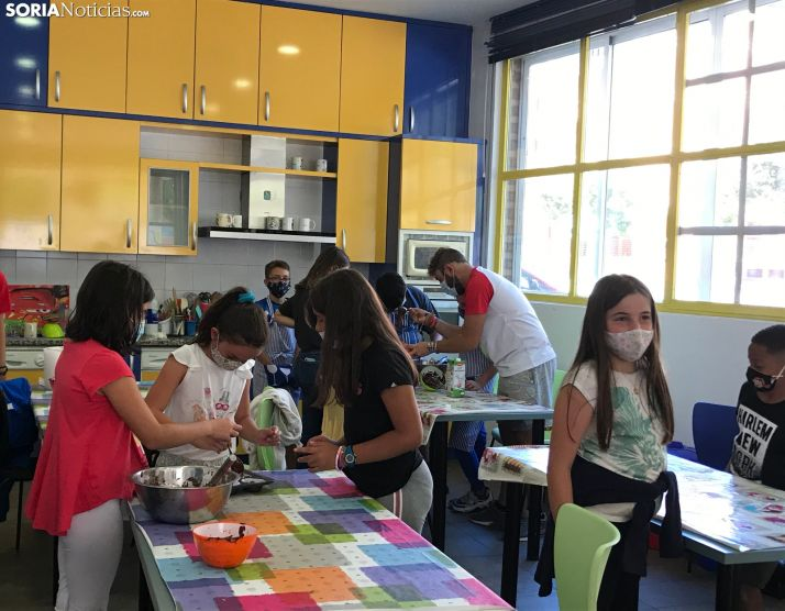 Niños jugando en el centro de conciliación familiar La Peonza
