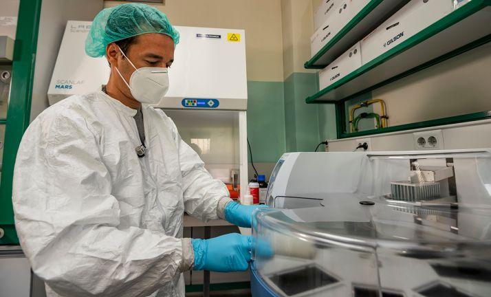Antonio Barbachano Becerril, investigador del IIBM, introduce en el robot una placa con 96 muestras para obtener su material genético (ARN). Vinca Page /CSIC Comunicación