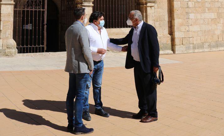 El alcalde (ctro.) con el presidente de la Rede. /AA