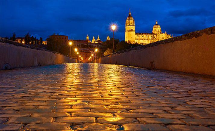 Una imagen del pavimento del puente romano de Salamanca, sobre el Tormes.