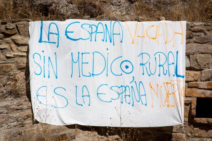 Pancarta instalada en San Felices exigiendo la atención médica presencial.