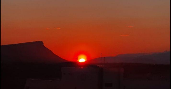 El sol se pone tras el Pico Frentes
