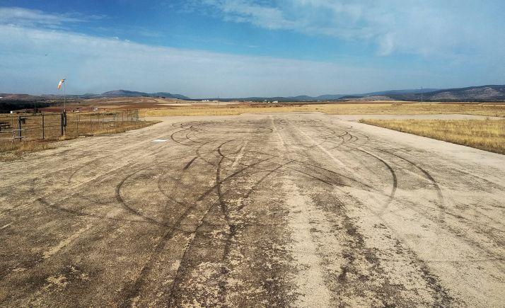 Imagen de las marcas de los neumáticos sobre la pista. /GC