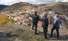 Velarde (izda.), Latorre y Marín en la elevación del castillo, sobre el núcleo urbano. /SdG