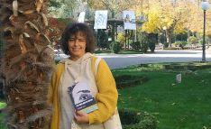 Julita Romero, con el libro benéfico de la colección.