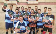 Jugadores del primer equipo con productos del patrocinador salmantino. /CVRDS