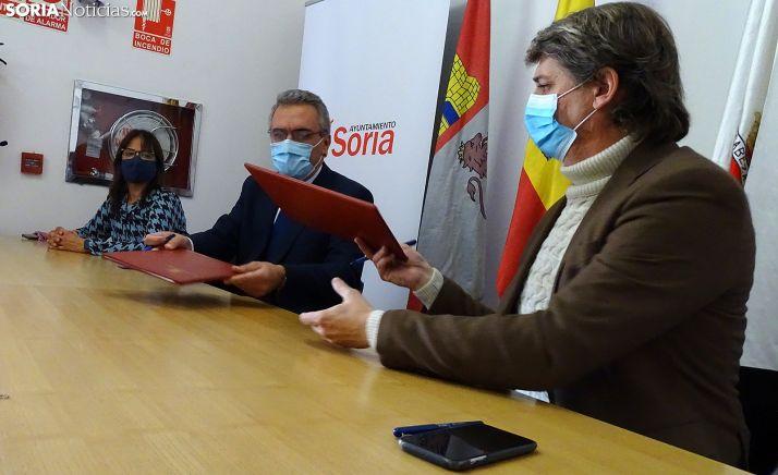 El alcalde (dcha.) con el delegado del Gobierno en la rúbrica del acuerdo. /SN