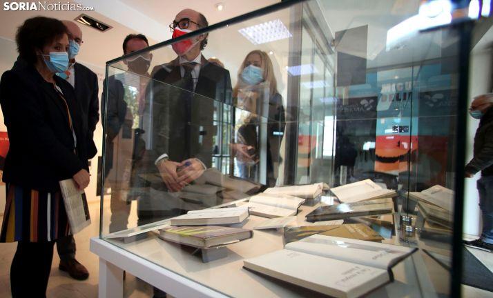 Una imagen de la visita del consejero a la bibioteca pública de Soria. /SN