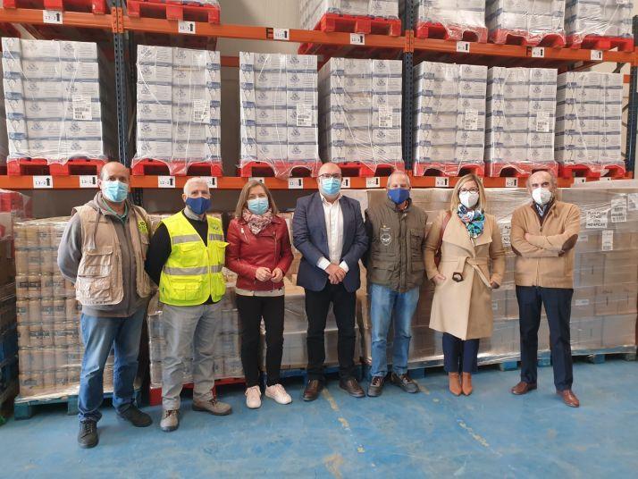 Latorre, en el centro, con responsables del Banco de Alimentos de Soria en el almacén de Valcorba. /SdG