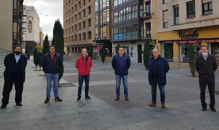 Villar, (2º dcha.), con panaderos sorianos en su visita a Soria. /FOES