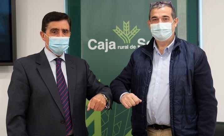 Carlos Martínez Izquierdo (izda.) y Alberto Santamaría, tras la rúbrica del acuerdo.