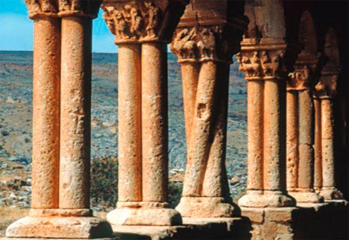 Columnas en el pórtico del templo de San Pedro, en Caracena.